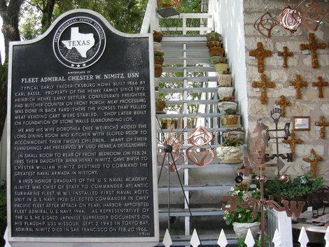 Мемориальная доска на доме Ч. Нимица.