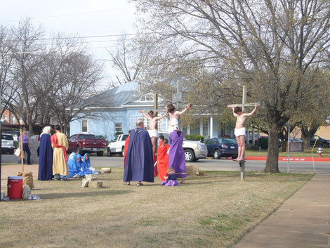 В канун Пасхи — инсценировка казни Христа у костела.