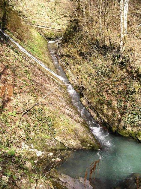 русло реки Змейка и впадающий в него водоскат