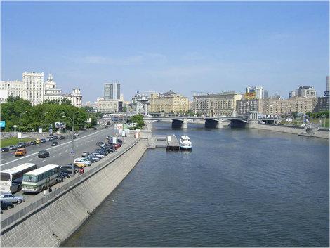 Вид на причал с пешеходного моста