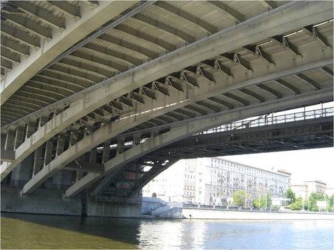 Проплываем под очередным мостом