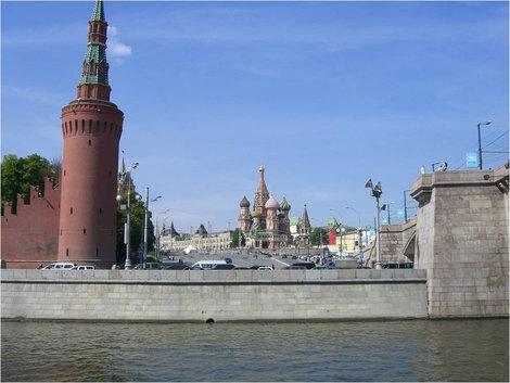 Проплыли мимо Кремля