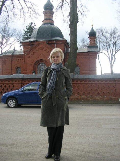 На заднем плане — церковь-усыпальница Пирогова