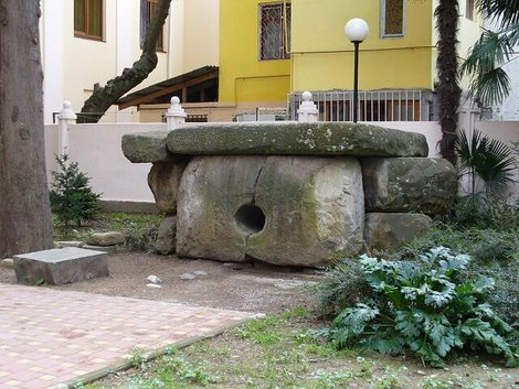 Составной дольмен во дворе музея истории города-курорта Сочи