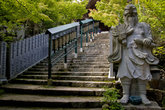 Лестница к Манидэн и статуя Тэнгу