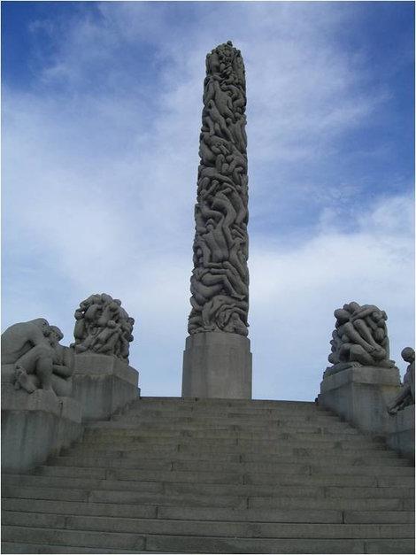 Монолит из сплетенных каменных тел