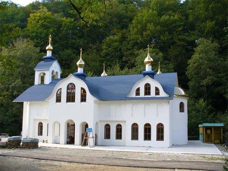 Территория Троице-Георгиевского женского монастыря. Храм Иконы Божией Матери Владимирской