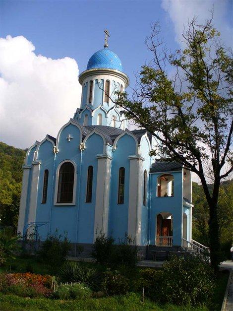 Территория Троице-Георгиевского женского монастыря. Храм Святого Уара