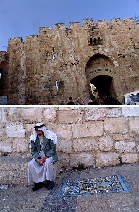 Утро следующего дня приводит нас, наконец, к крепостным стенам древнего Иерусалима. Через Львиные ворота (на их стенах четыре барельефа львов) входим в старый город.