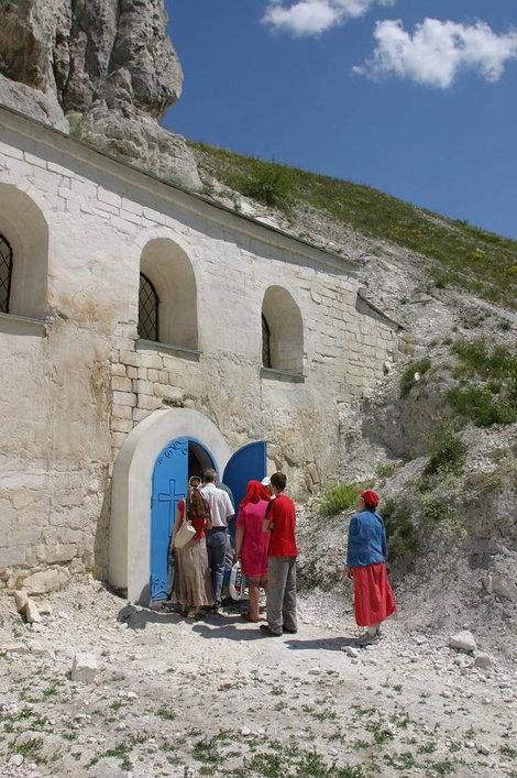 Народ у пещерного храма