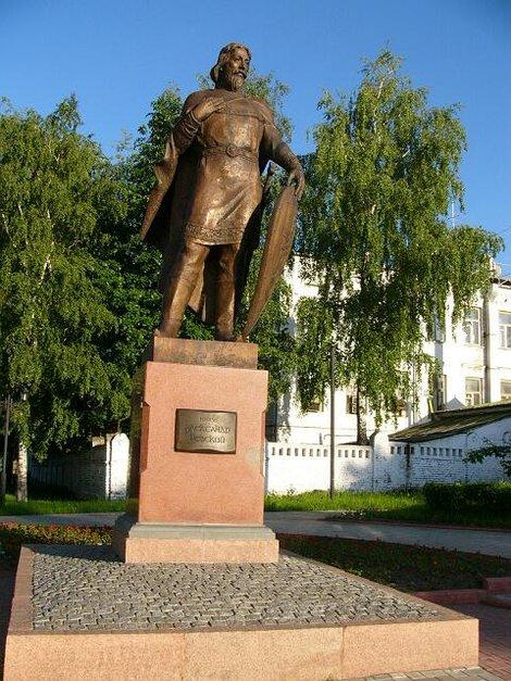 45. Памятник Александру Невскому возле Николо-Кремлевской церкви