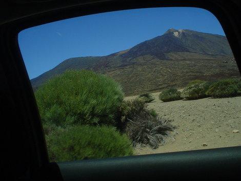 Вид на горы из окна автомобиля.