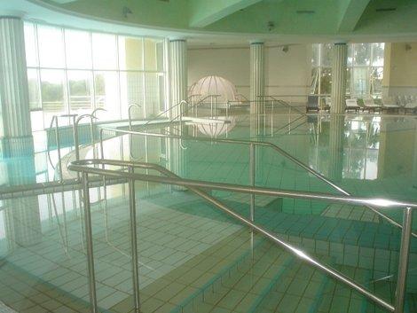 Крытый гидромассажный бассейн с морской водой в талассо-центре