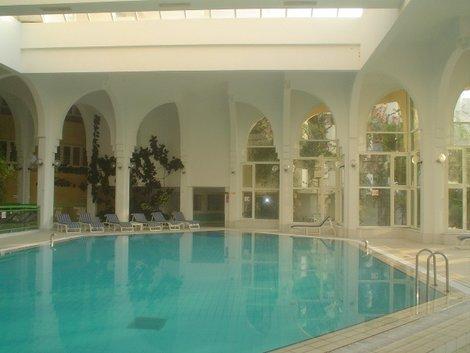 Крытый бассейн на территории отеля