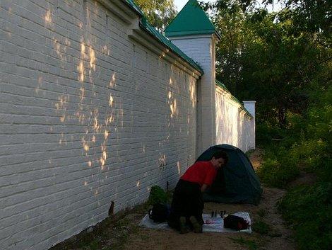 01. Наша палатка у стен Спасо-Преображенского монастыря
