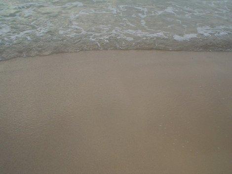 Иногда море нежно подкатывало и лизало ноги