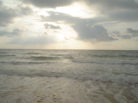 А иногда волнами хватало за пятки
