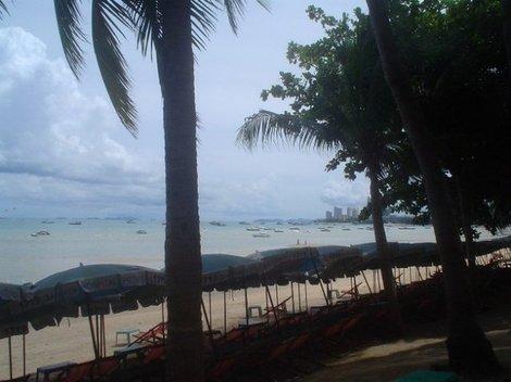 Паттайский пляж – это узкая полоска, вплотную заставленная лежаками, между морем и улицей