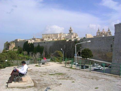 Из-за крепостной стены Мдины