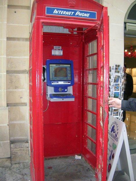 Неожиданная начинка в старинной телефонной будке (Валетта)