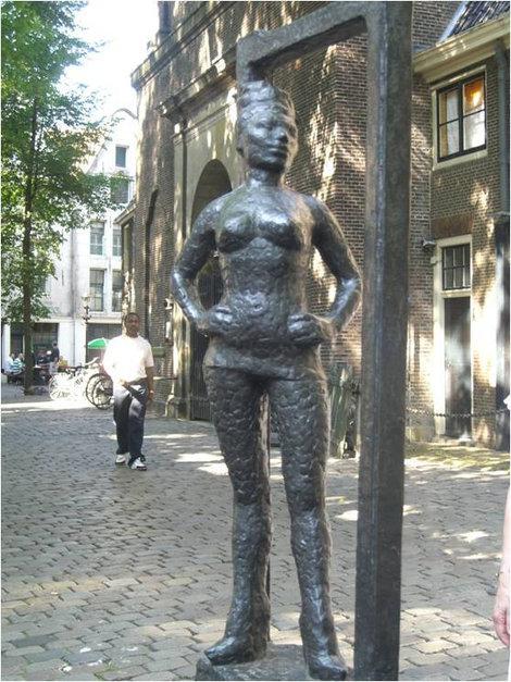 Памятник женщине древней профессии