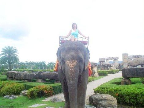 Мы со слоном по пути из Стоунхенджа.